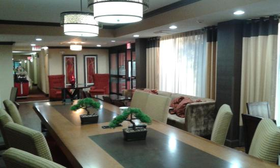 Hampton Inn Albany - Wolf Road (Airport): Extensive clean lobby.