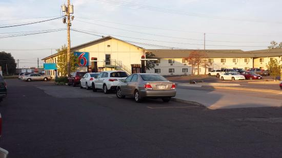 Motel 6 Duluth: Parking lot