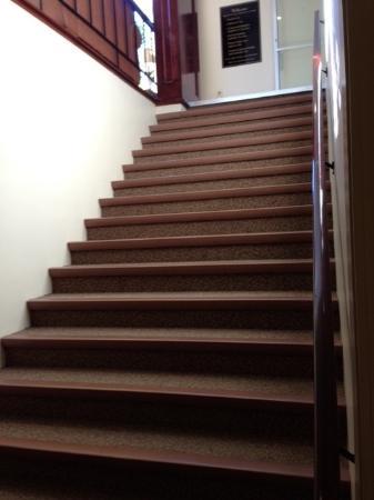 University Inn Academic Suites: Stairs to Breakfast area.