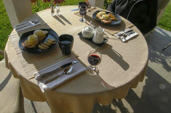 The Del Ray B&B : Home-made cherry juice, coffee and Eggs Benedict to die for
