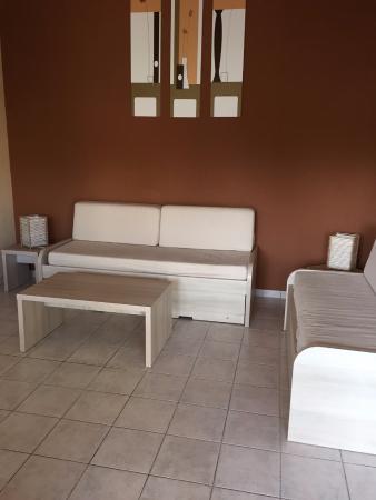 Résidence Le Mas de Torreilles: Salon maison 72 m2 (canapés inconfortables)