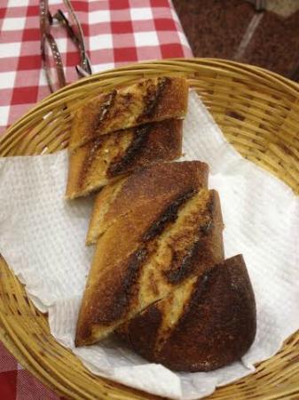 El pan no te lo ponen, pero si lo pides te lo dan quemado y frío