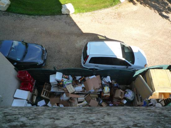 Chateau des Reynats: poubelles visibles sous notre fenêtre