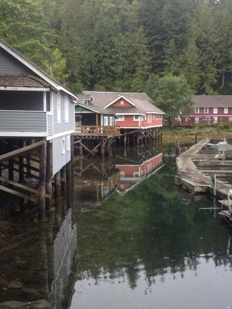Telegraph Cove Resort: Telegraph Cove - room was in the red building by the dock