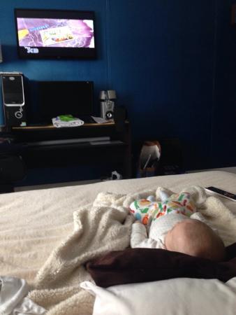 Ker Urquiza Hotel & Suites: La habitación tiene tv plana, una computadora, microondas y cubiertos por si quieres comer ahí,