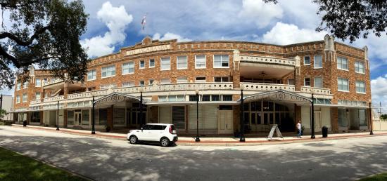 The Hotel Jacaranda: Panoramic of the front