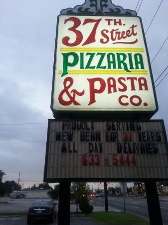 37th Street Pizzaria & Pasta Co: Parking Lot Sign