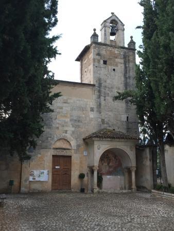 Paganica, Włochy: la facciata della chiesa di san Giustino