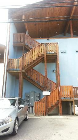 Dream House Suites: Stairs and parking at back of building