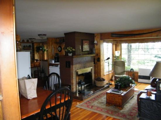 Hoedel's Homestead Cottage: Lovely living room in larger home suite
