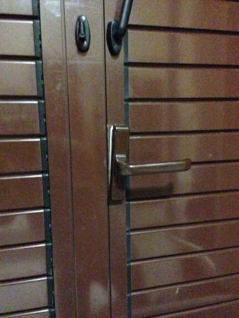 Hotel Cortorillo: handle after cleaner wrenched it off - 90 Euros was billed