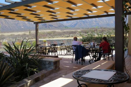 Foto de piattelli winery cafayate comedor en terraza for Comedor terraza easy
