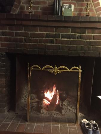 CazSonoma Inn: Fireplace to relax after dinner time. Entrance of inn