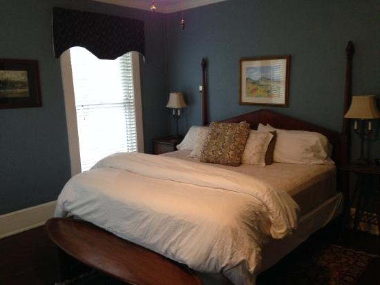 The Inn at Ragged Gardens: Blue Wisteria Room - king size bed