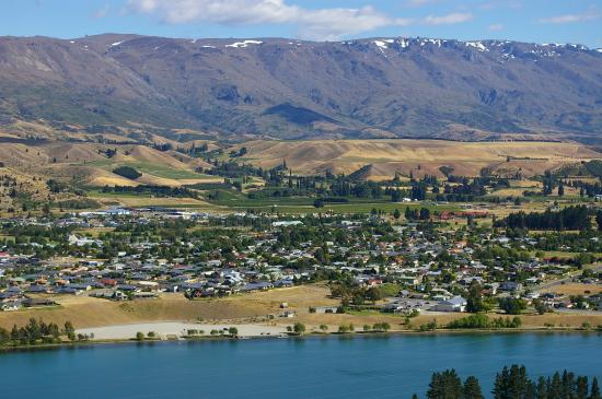 Cromwell is nestled along the manmade Lake Dunstan.