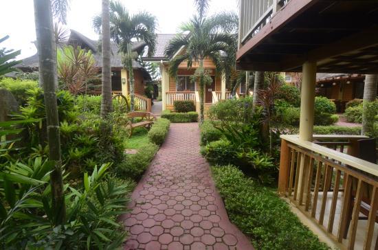 Bali Village Hotel Resort and Kubo Spa: Hotel Pathways