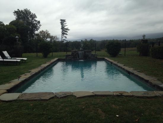 Glen Gordon Manor: Outdoor pool