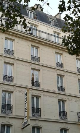 Avenir Hotel: вид на отель с бульвара