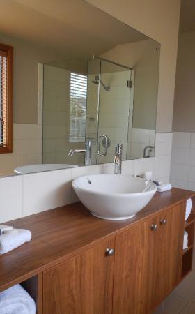 Wanaka Luxury Apartments: Bathroom is spacious