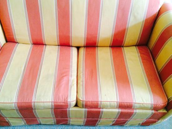 Hotel Zum Roten Bären: Sofa verfleckt
