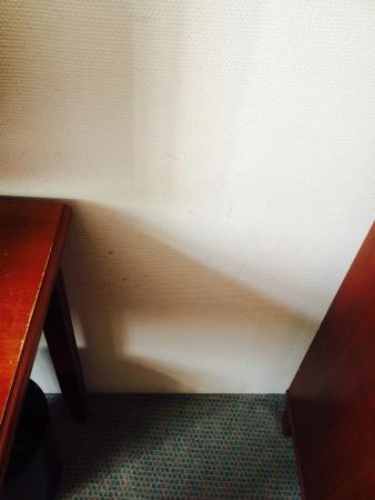 Hotel Zum Roten Bären: Wand verfleckt
