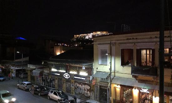 Вид с балкона ночью налево (второй этаж, вдалеке - Акрополь)