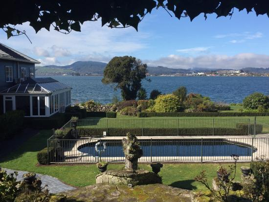 Black Swan Lakeside Boutique Hotel: The clean gardens and pool