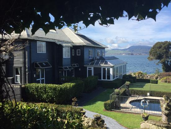 Black Swan Lakeside Boutique Hotel: The view from the garden looking down to the lake