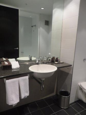 SKYCITY Hotel: Premium Twin Room - En Suite Bathroom & Toilet