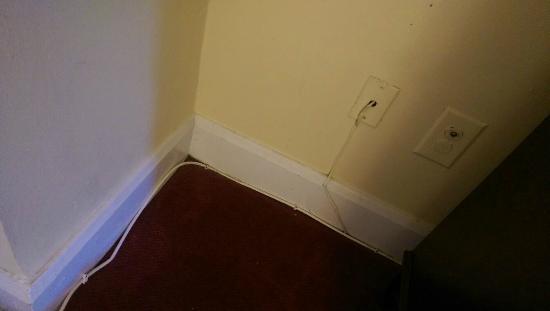 Windsor Park Hotel: Wahllos verlegte Kabel im ganzen Raum