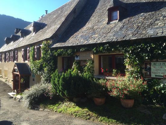 Aulon, France : Entrée du châlet, place de l'église
