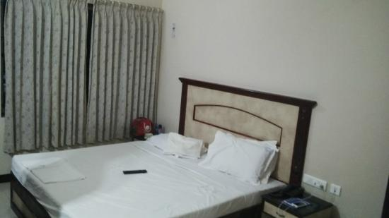 Hotel Vels Court: Bed