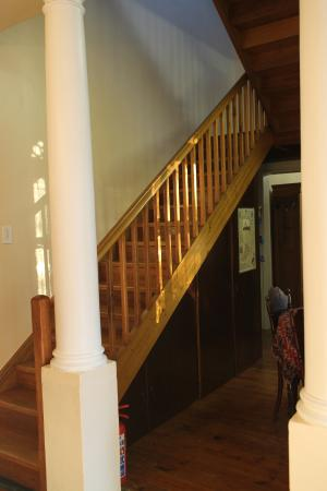 Rodeberg Lodge : Staircase to Upper Level