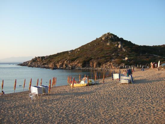 Санта-Тереза-Галлура, Италия: Questa la spiaggia di Porto Quadro, in fondo l'area cani denominata Porto Fido