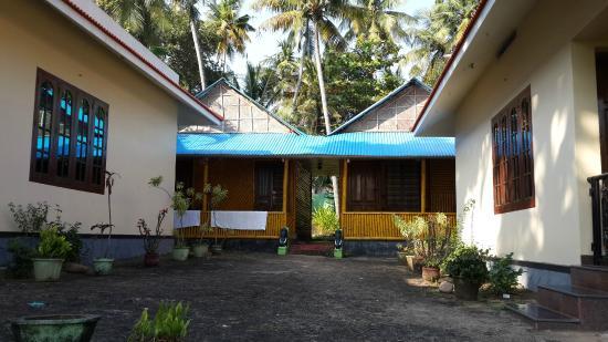 Varkala Villas: Бамбуковые коттеджи. Мой, с вентилятором, справа.