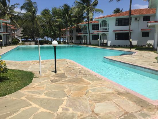 Bahari Dhow Beach Villas: Massive pools
