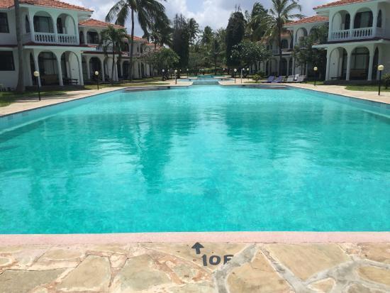 Bahari Dhow Beach Villas: Pool