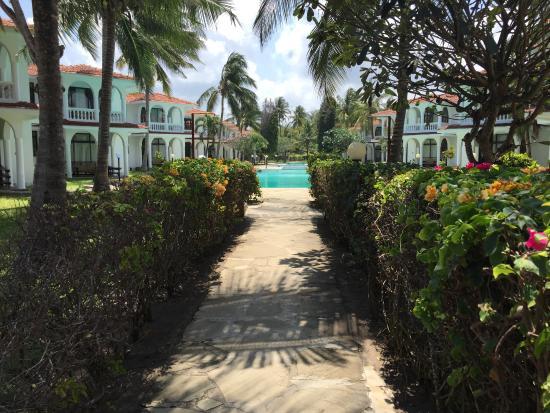Bahari Dhow Beach Villas: Walk to the beach from pool