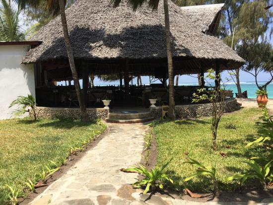 Bahari Dhow Beach Villas: Bar/ Restaurant right on the sand