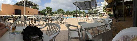 Une des 3 piscines et le bar de la piscine