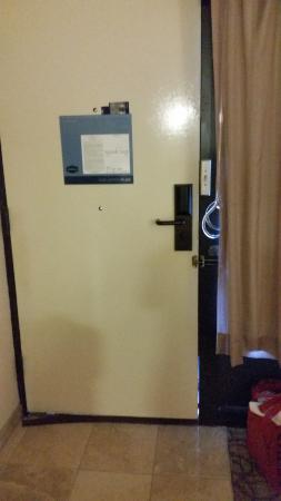 Hampton Inn Gainesville: Seeing Light Through The Door Crack.....allowing