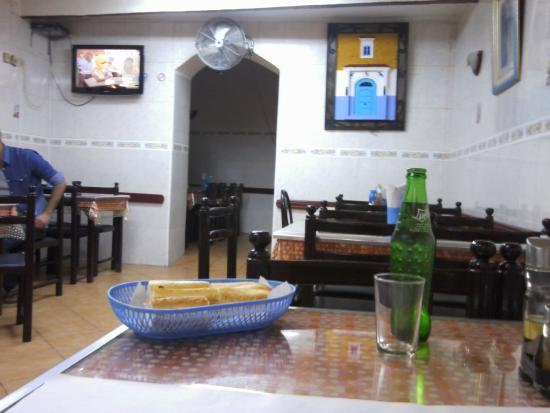 Moulay Ali Ben Rachid Restaurant: Restaurante Moulay Ali Ben Rachid, main salon and alcove.