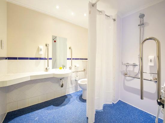 Travelodge Birmingham Kingswinford: Accessible bathroom