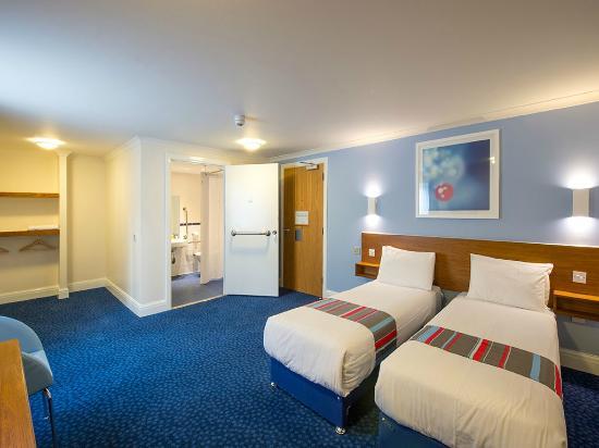 Travelodge Birmingham Kingswinford: Twin accessible room