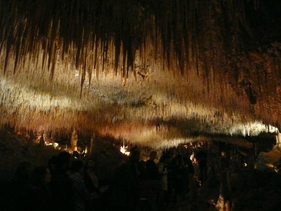 Payrignac, França: cheminement sous les stalactites