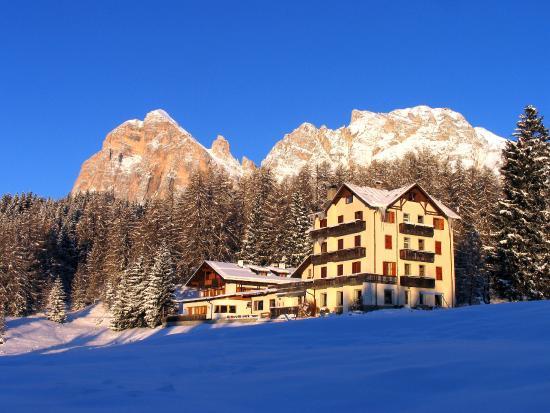 Sport Hotel Pocol: Panorama invernale dell'hotel