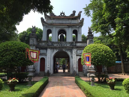 Kuil Literatur & Universitas Nasional