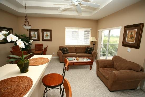 Perfect Drive Vacation Rentals: Spacious Living and Dining area
