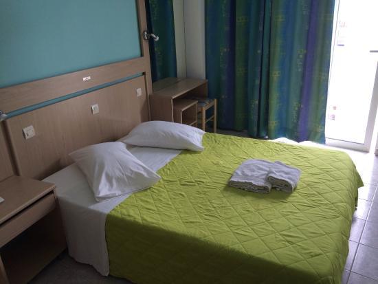 Moschos Hotel : номер с ремонтом