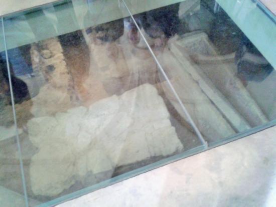 Musee d'histoires de Diekirch: Près du choeur de l'église, vue sur la crypte